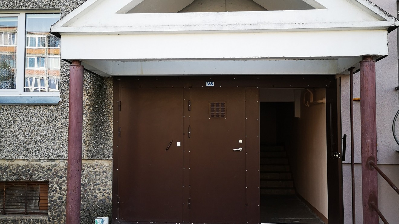 Naujos durys apsaugos laiptinę žiemą nuo skersvėjų