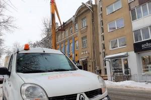 """""""Šiaulių būstas"""" stengiasi nuolat šalinti pavojų keliančius varveklius"""